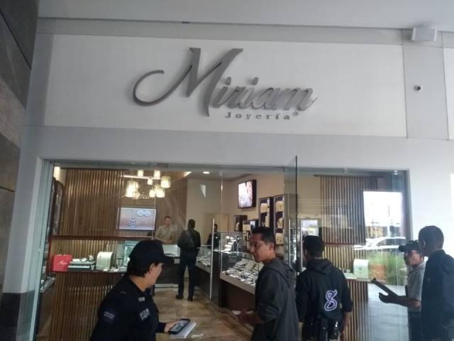 """¡2 sujetos y una mujer asaltaron la joyería """"Miriam"""" en el Centro Comercial Punto 45 en Aguascalientes!"""