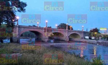 ¡Bomberos buscan a hombre que se arrojó al río del puente de fierro en Lagos de Moreno!