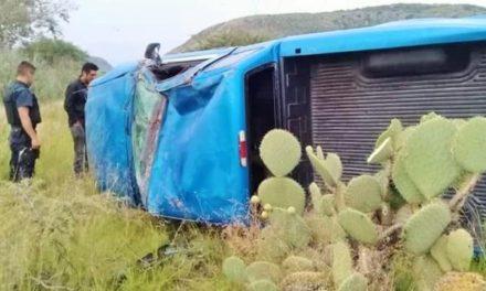¡Volcadura de una camioneta en Lagos de Moreno dejó solamente daños materiales!