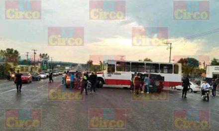 ¡10 lesionados tras fuerte choque entre una camioneta y un camión urbano en Lagos de Moreno!
