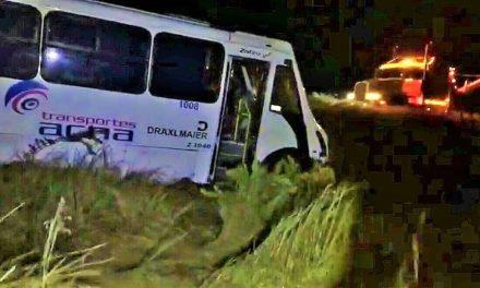 ¡Choque volcadura entre una camioneta y un camión de transporte de personal dejó varios lesionados en Lagos de Moreno!