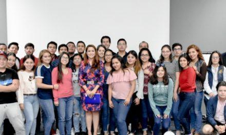 ¡Contribuye Tere Jiménez a que jóvenes universitarios se desempeñen en la atención a la sociedad!