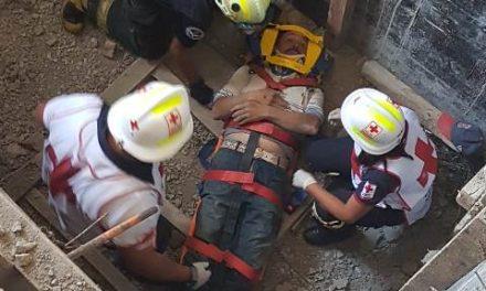 ¡Albañil resultó lesionado tras caer en un drenaje en construcción en Aguascalientes!