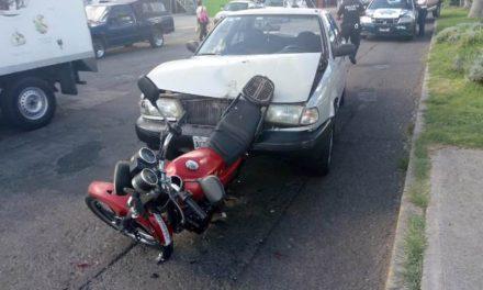 ¡Motociclista lesionado tras ser impactado por un auto y chocar contra otro en Aguascalientes!