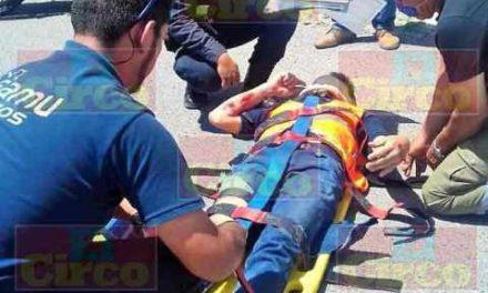 ¡Joven motociclista lesionado tras caer de ella por culpa de un bache en Lagos de Moreno!