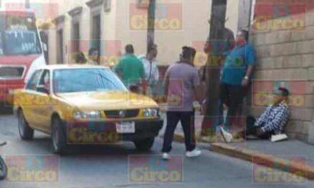 ¡Motociclista lesionado tras chocar contra un taxi en el Centro en Lagos de Moreno!