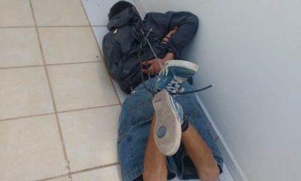 ¡Detuvieron a delincuente que se metió a robar a una casa en Aguascalientes pero se quedó dormido y el dueño lo amarró de pies y manos!