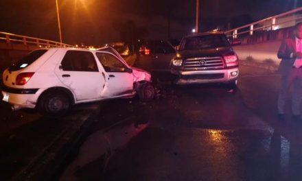 ¡Ebrio sujeto al volante de una camioneta chocó de frente contra un auto en Aguascalientes!
