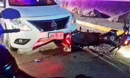 ¡Choque entre un auto y una motocicleta en Lagos de Moreno dejó sólo daños materiales!