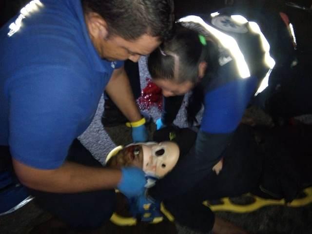 ¡Graves adolescente motociclista y peatón atropellado por éste en Aguascalientes!