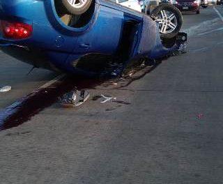 ¡Espectacular accidente tipo choque-volcadura entre 2 autos en el nuevo distribuidor vial en Aguascalientes!