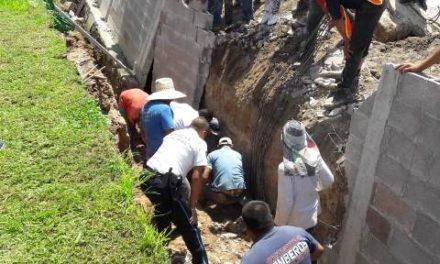 ¡Derrumbe de una barda en una construcción en una zona residencial en Aguascalientes dejó 1 muerto y 2 lesionados!
