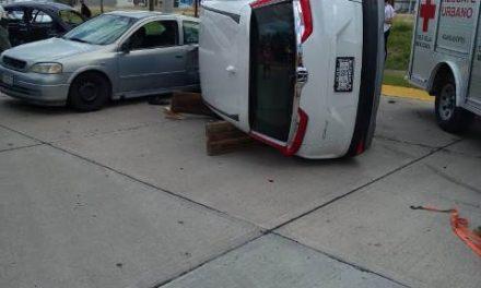 ¡Choque-volcadura entre dos autos y una camioneta dejó saldo de dos lesionados en Aguascalientes!