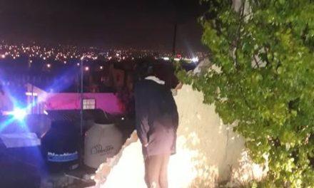 ¡Se derrumbó barda de 50 metros de largo del Motel Panorama en Aguascalientes y cayó sobre 5 casas!