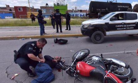 ¡Joven lesionado tras fuerte choque entre una motocicleta y una camioneta en Aguascalientes!