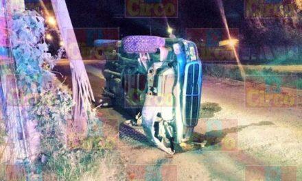 ¡Camioneta chocó contra un poste de madera y luego se volcó en Lagos de Moreno!