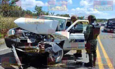 ¡Choque entre un camión y una camioneta de la Secretaría de Salud de Jalisco dejó 1 lesionado grave en Lagos de Moreno!
