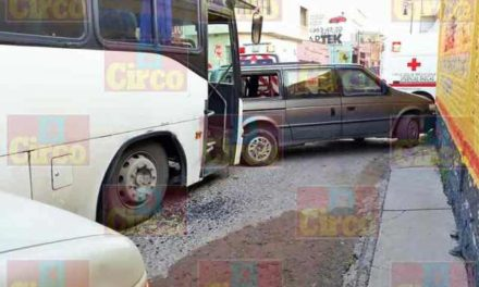 ¡Camión de pasajeros impactó otros ocho vehículos en Encarnación de Díaz!
