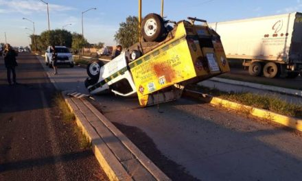 ¡Espectacular choque-volcadura de una camioneta de una gasera y otra camioneta se registró en Aguascalientes!