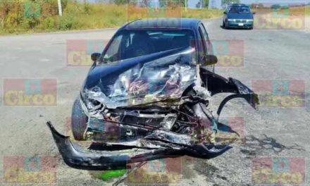 ¡Choque entre una camioneta y un auto dejó 2 adultos mayores lesionados en San Juan de los Lagos!