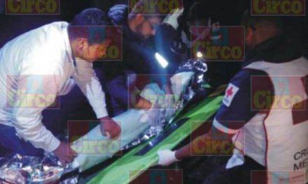 ¡Motociclista fue salvado de morir por vecinos en Lagos de Moreno tras derrapar y caer a un arroyo!