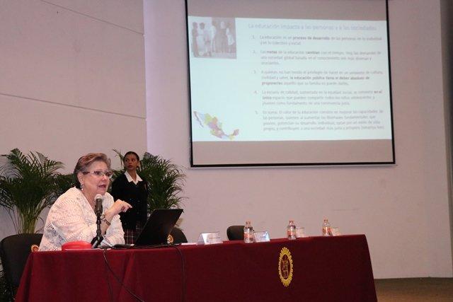 ¡Imparte a docentes Margarita Zorrilla conferencia magistral evaluación de los aprendizajes en el aula!