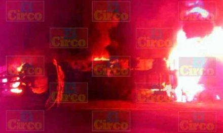 ¡Chofer de tráiler se salvó de morir tras volcarlo e incendiarlo en Lagos de Moreno!