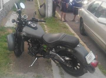 ¡Joven motociclista lesionado tras ser arrollado por un auto al que se le atravesó en Aguascalientes!