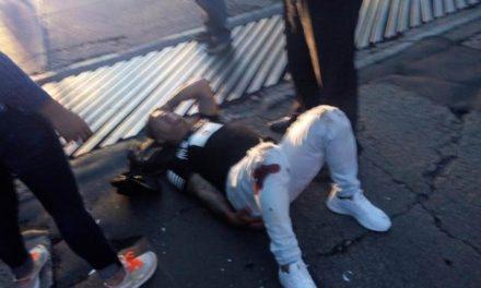 ¡Motociclista resultó lesionado tras estrellarse contra una camioneta estacionada en Aguascalientes!