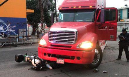 ¡Joven motociclista se salvó de morir aplastado por un tráiler en Aguascalientes!