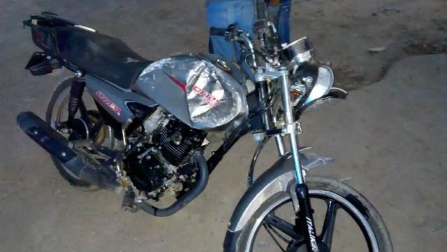 ¡Grave motociclista que chocó contra un trailero que se le atravesó sin precaución en Aguascalientes!