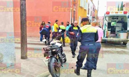 ¡2 jóvenes resultaron lesionados tras accidentarse en su motocicleta en Lagos de Moreno!