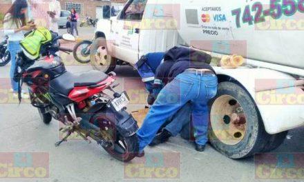 ¡Mecánico motociclista murió tras estrellarse contra una pipa gasera en Lagos de Moreno!