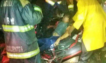 ¡Muere aplastado en su auto al caerle las cisternas de un trailer en Aguascalientes!