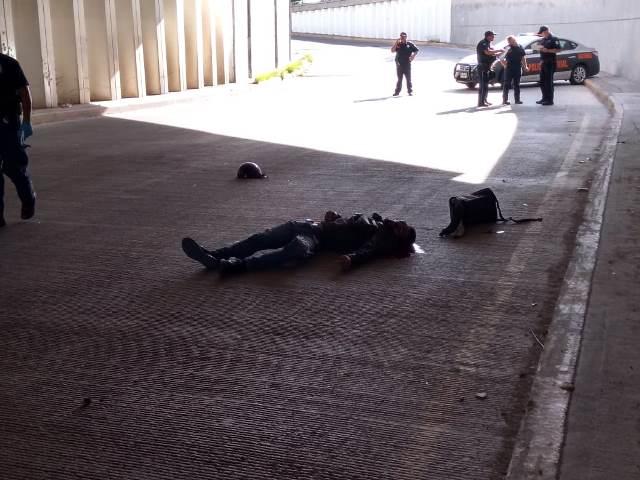 ¡Motociclista murió tras estrellarse contra un muro de un puente vehicular en Aguascalientes!