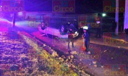 ¡Camioneta chocó contra un poste de luz y se volcó en Lagos de Moreno y el chofer resultó lesionado de gravedad!