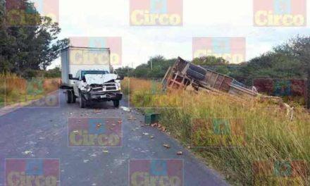 ¡Daños materiales dejó choque-volcadura entre dos camiones en Lagos de Moreno!