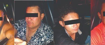 ¡Policías municipales de Aguascalientes detuvieron a 4 sujetos con un arma de fuego, cartuchos útiles y dinero en efectivo!