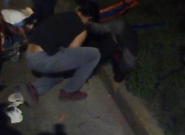 ¡Choque entre un auto y una motocicleta dejó 2 jóvenes lesionados, uno grave, en Aguascalientes!