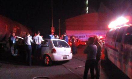 ¡Familia de Aguascalientes se salvó de morir tras ser embestida por el tren en su auto!