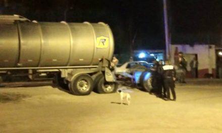 ¡Pipa que transportaba gasolina fue chocada por el tren en Aguascalientes y hubo derrame de combustible!