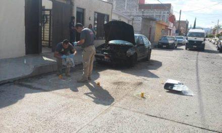 ¡Sicarios incendiaron un automóvil y dispararon hacia una casa en Aguascalientes!