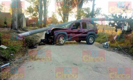 ¡Camioneta se estrelló contra un poste de concreto de la CFE en Lagos de Moreno!