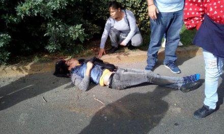 ¡Grave adolescente que cayó de una camioneta en movimiento en Aguascalientes!
