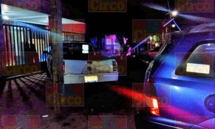 ¡Joven automovilista se estrelló contra una lámpara y un coche estacionado en Lagos de Moreno!