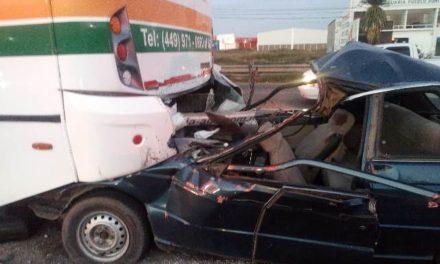 ¡Joven automovilista se salvó de morir tras estrellarse contra un camión en Aguascalientes!