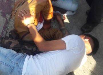 ¡Desigual choque entre una motocicleta y un auto dejó 2 lesionados, uno grave, en Aguascalientes!