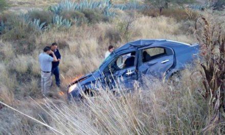 ¡Camión de pasajeros chocó y volcó un automóvil en Aguascalientes: 2 lesionados!