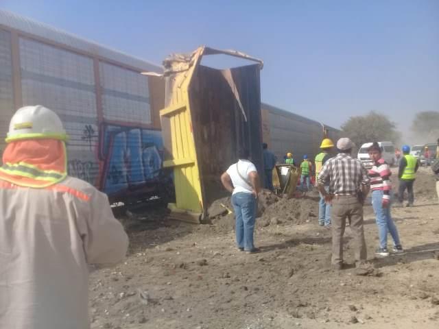 ¡Camión de volteo quedó destrozado tras ser embestido por el tren en Aguascalientes!