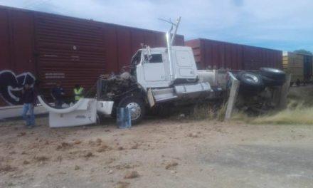 ¡Otro tráiler fue embestido por el tren en Aguascalientes al no alcanzar a ganarle el paso!